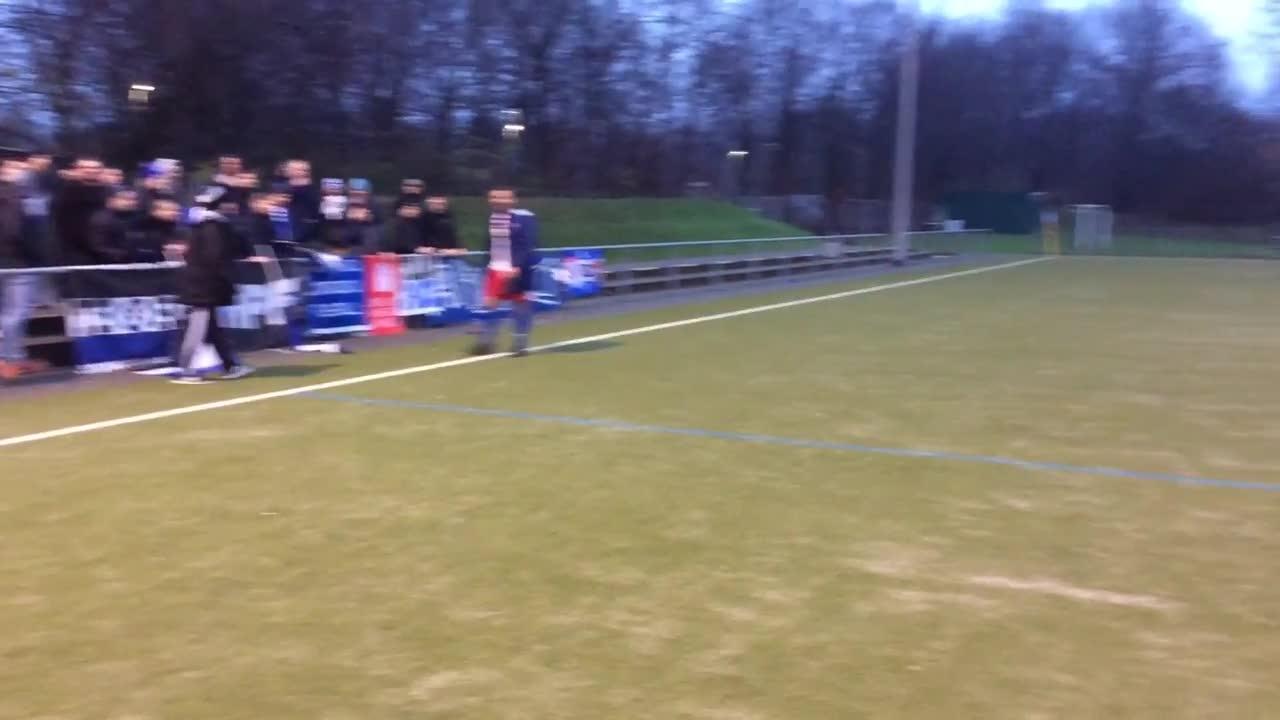 Die Spieler des HSV III feiern den eminent wichtigen Sieg mit den Fans